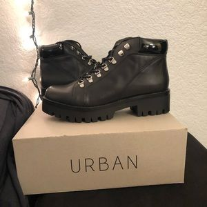 Urban Outfitters Allie Hiking Book Size 9